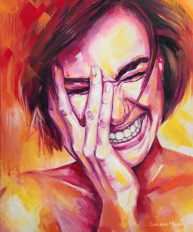 Visage de femme aux couleurs chaudes qui rit
