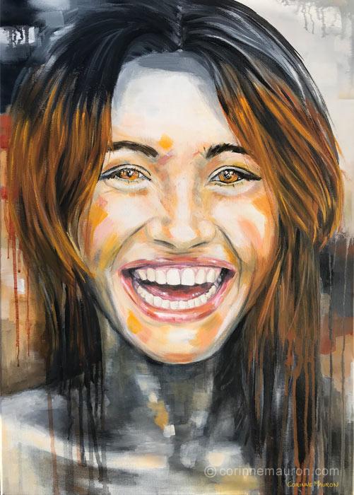 Jeune femme rousse qui rit